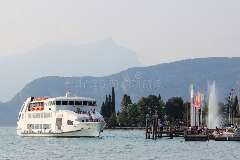 Андромеда приезжая на Bardolino, озеро Garda Италию стоковая фотография rf