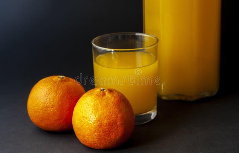 2 апельсина мандарина, tangerines при стекло сока изолированное дальше стоковая фотография rf