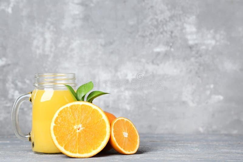 Апельсиновый сок в стеклянном опарнике стоковая фотография