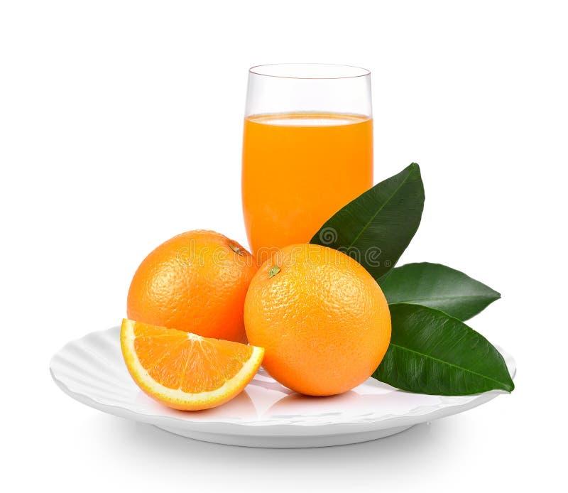 Апельсиновый сок и оранжевый плодоовощ в белой плите на белой предпосылке стоковое изображение rf