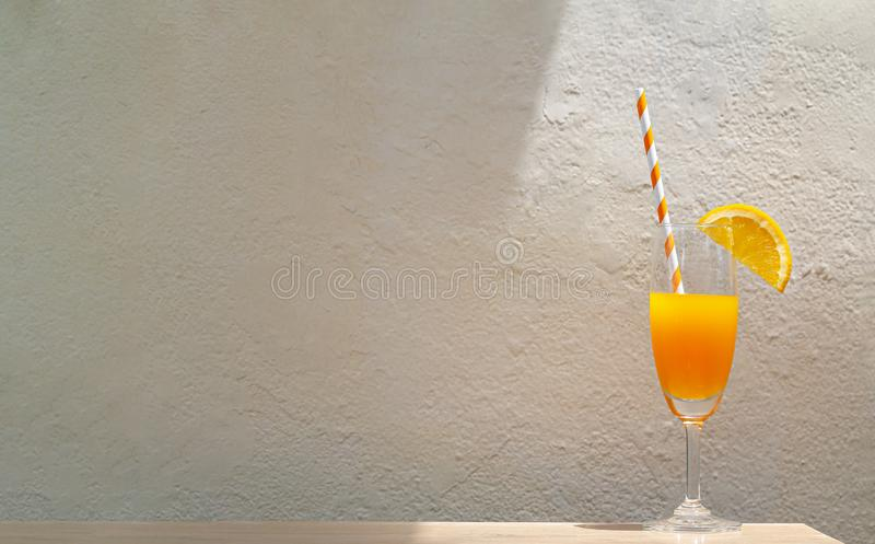 Апельсиновый сок на горячее лето стоковые фото