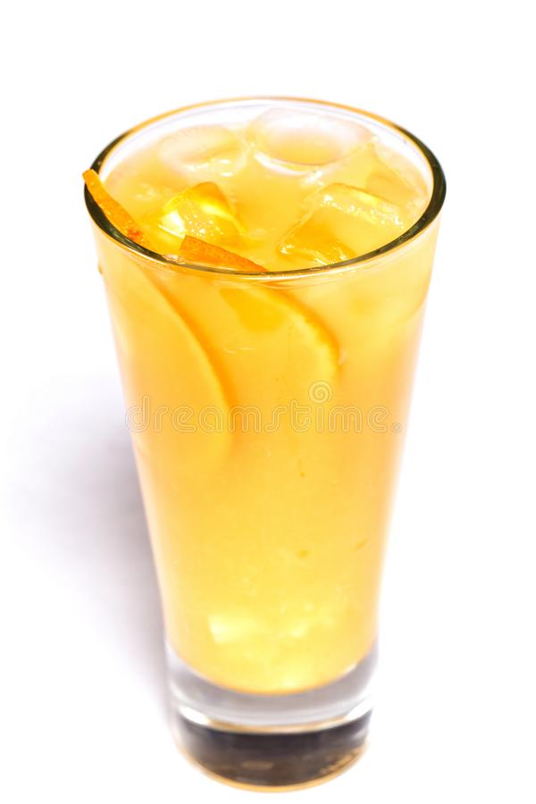 Апельсиновый сок с льдом и оранжевыми частями в стекле на изолированной белой предпосылке стоковое фото