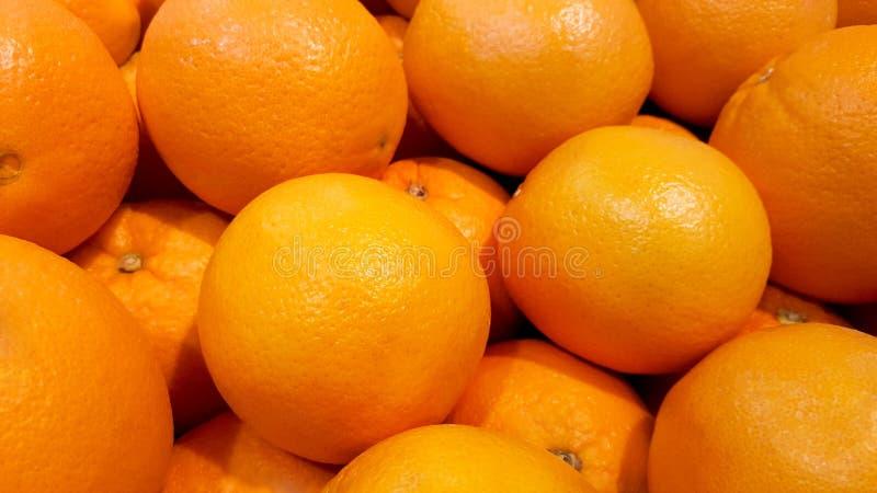 Апельсины конца-вверх в рынке стоковая фотография