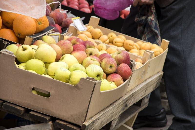 Апельсины, яблоки и персики в коробке для продажи стоковая фотография rf