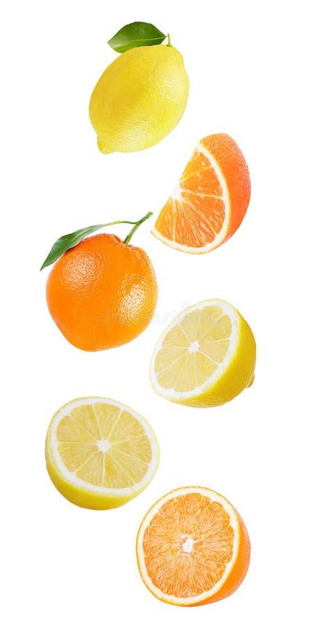 Апельсин и лимон летания изолированные на белой предпосылке стоковые фото