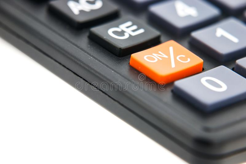 Апельсин открытый и близкая кнопка на черном калькуляторе стоковое фото