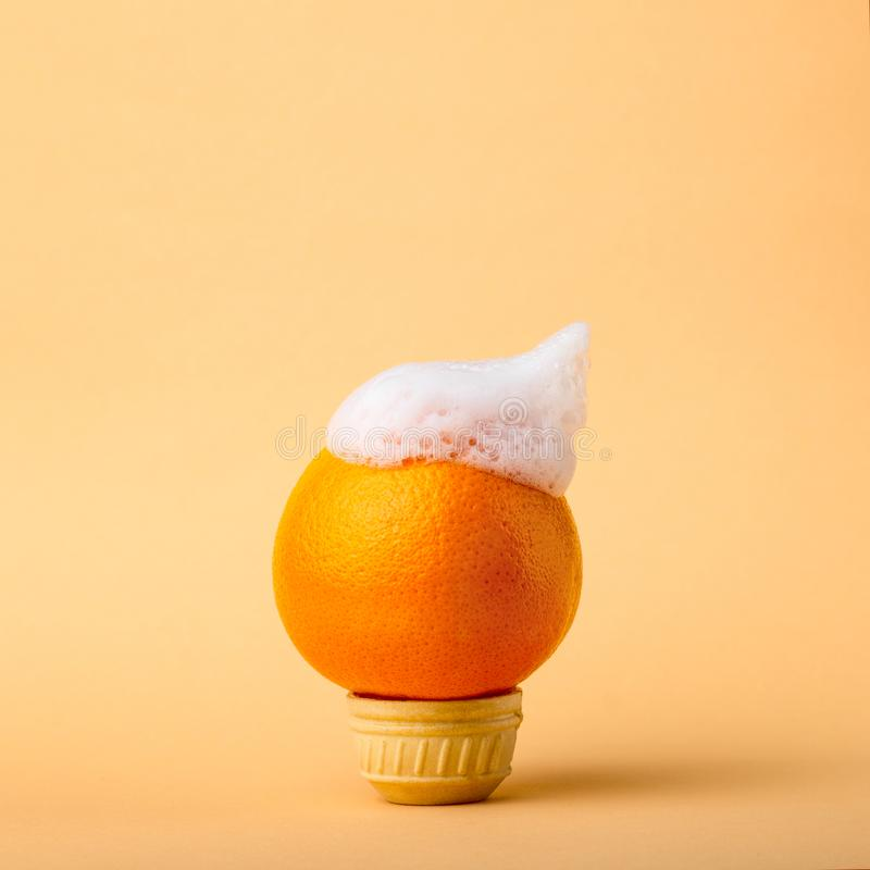 Апельсин плодоовощ в пастельных цветах с чубом пены, концепцией естественно чисто продуктов и здоровой едой стоковые фотографии rf