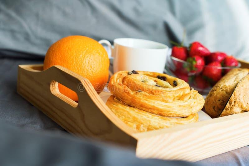Апельсин плюшки кофе подноса завтрака утра деревянный стоковые фото