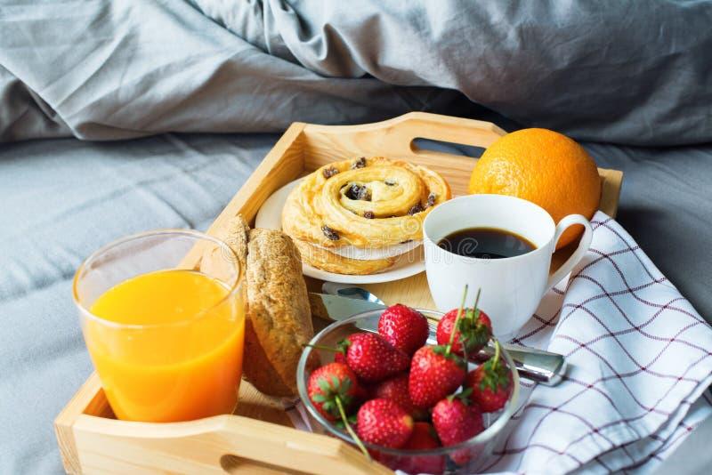 Апельсин плюшки кофе подноса завтрака утра деревянный стоковое фото rf