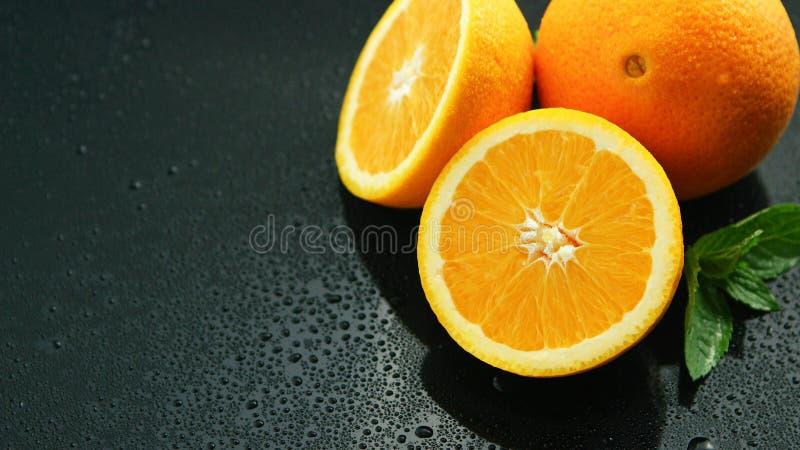 Апельсин с лист на влажной таблице стоковая фотография rf