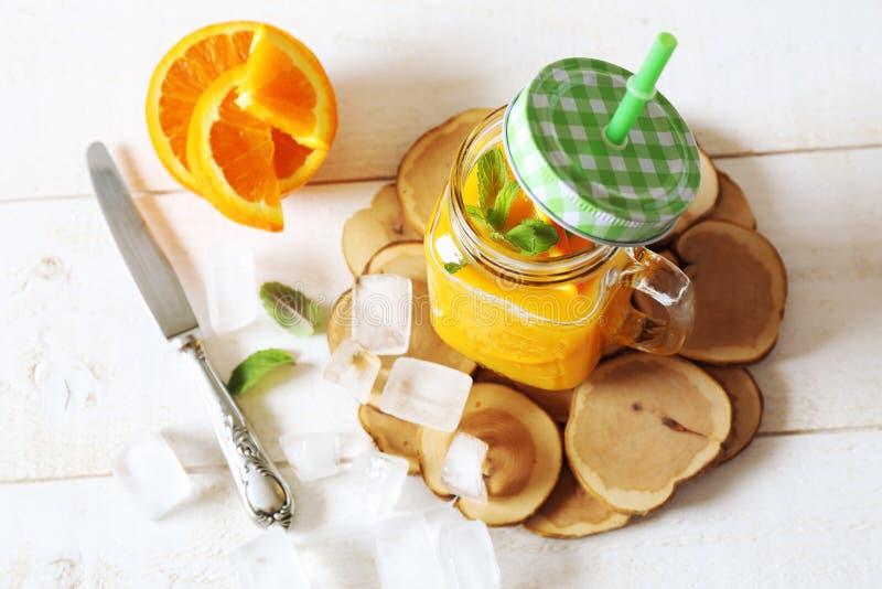 Апельсиновый сок и кубы льда стоковые изображения rf