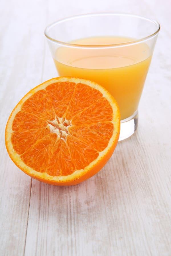 Апельсиновый сок и куски апельсина стоковые изображения rf