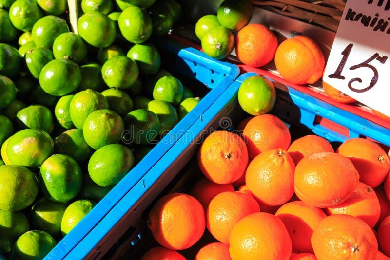 Апельсины и лимоны в корзинах стоковые изображения