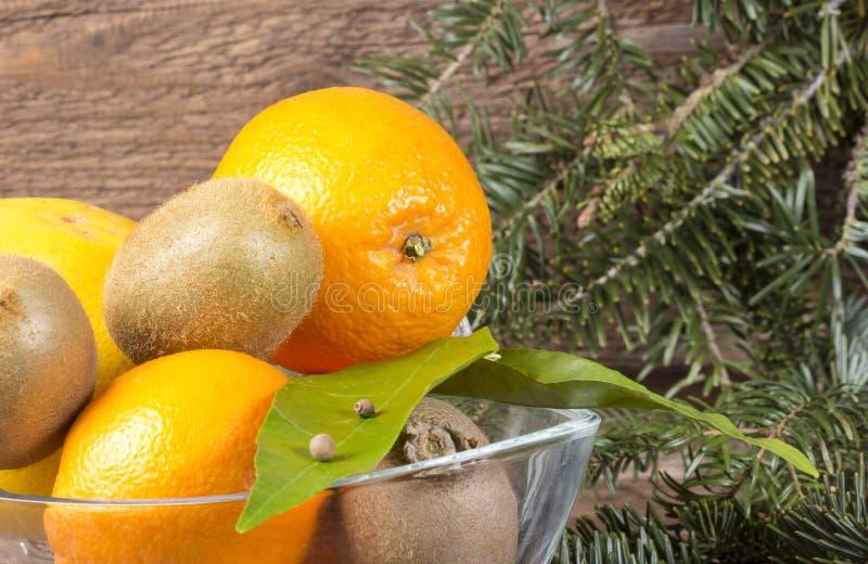 Апельсины и кивиы стоковое фото