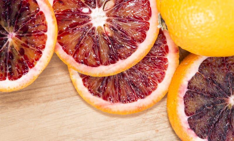 Апельсины крови на древесине стоковое изображение rf