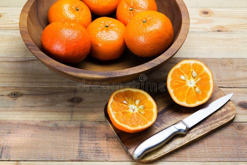 Апельсины куска на деревянной предпосылке стоковое фото rf