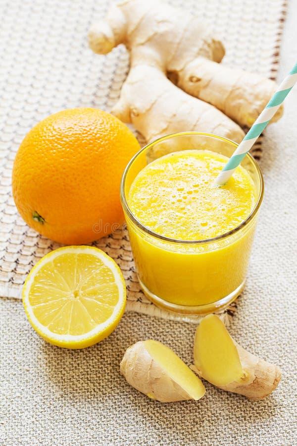 Апельсин, лимон, smoothies энергии имбиря стоковая фотография rf