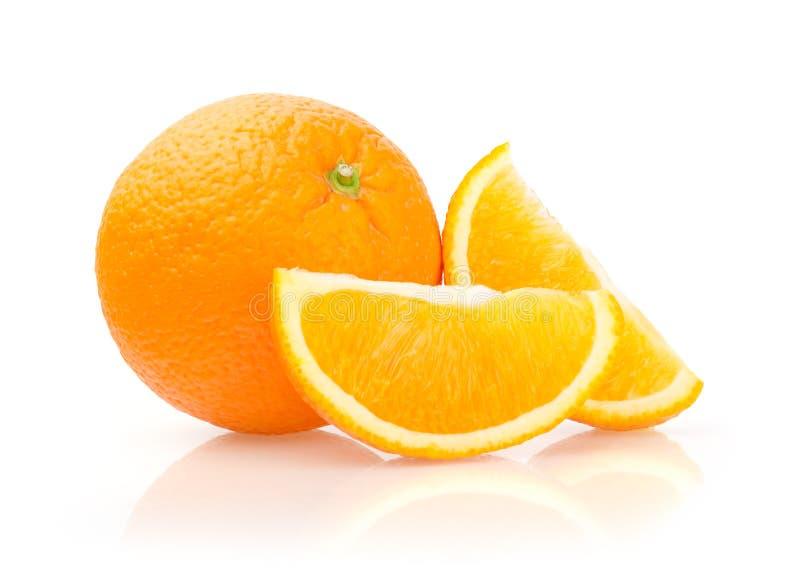 Апельсин и куски на белой предпосылке стоковое изображение
