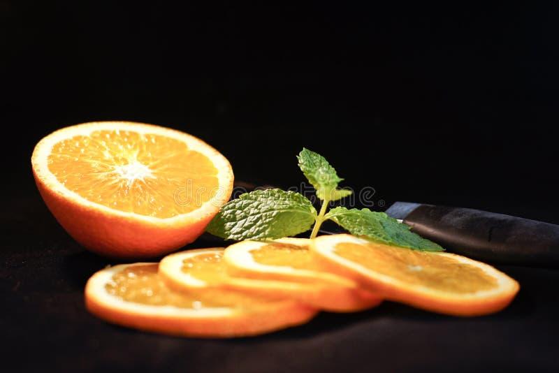 Апельсин отрезанный с мятой стоковое фото rf