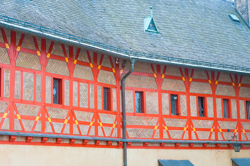 Апельсин украсил фасад средневекового замка Karlstejn в чехословакском Re стоковые фотографии rf