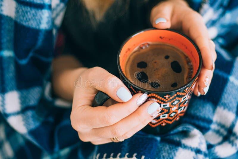 Апельсин чашки кофе в руках стоковое изображение