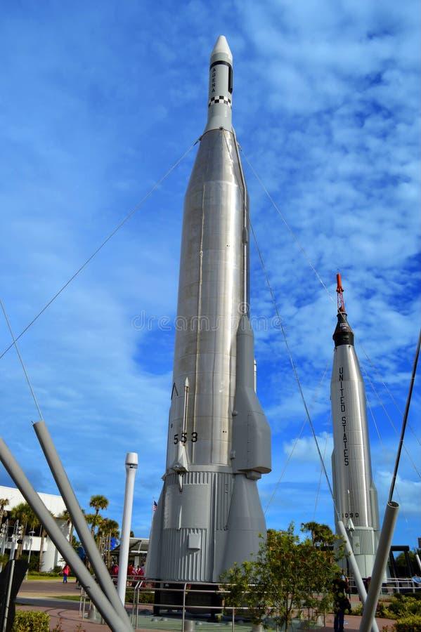Аполлон выпускает ракету на дисплее в саде ракеты на космическом центре Кеннеди стоковая фотография