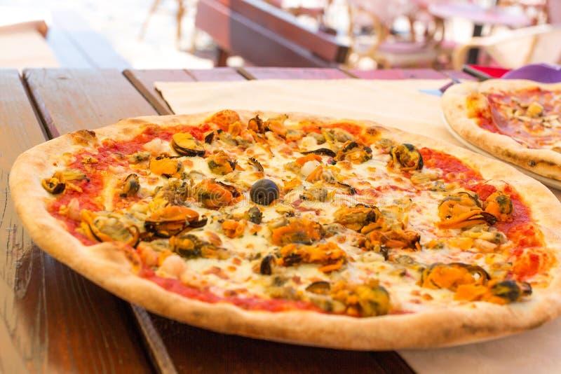 Аппетитная итальянская пицца морепродуктов Очень вкусная пицца с мидиями стоковая фотография rf