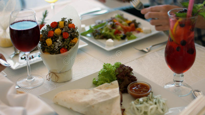 Аппетитная и вкусная еда дружелюбной семьи в кафе стоковые изображения rf
