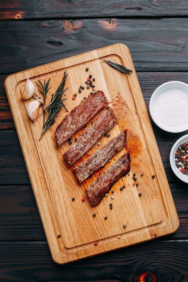 аппетитное мясо Зажаренный хорошо сделанный стейк говядины с с травами стоковые изображения rf