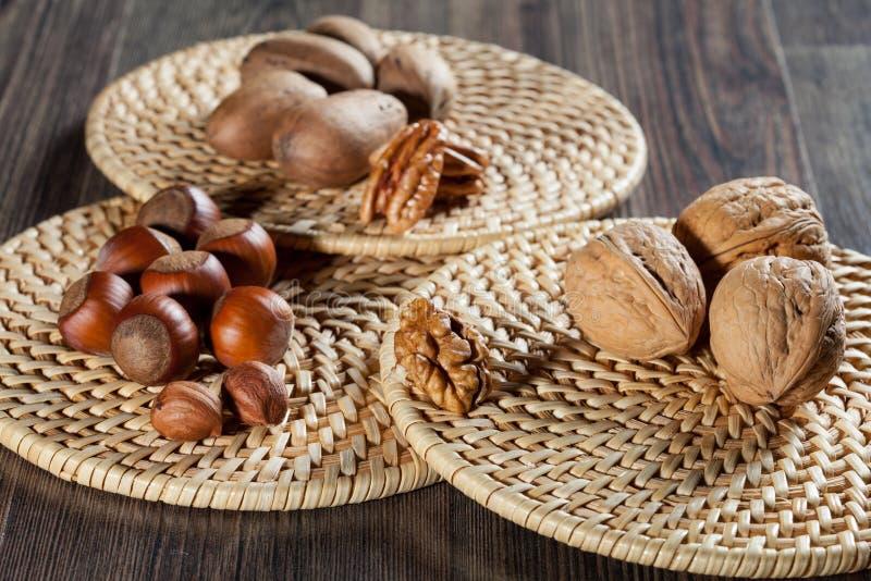 Аппетитные фундуки и грецкие орехи стоковая фотография rf