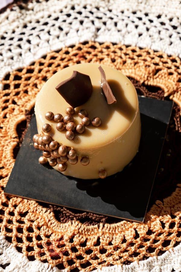 Аппетитный торт на вязать крючком крючком doily стоковое фото