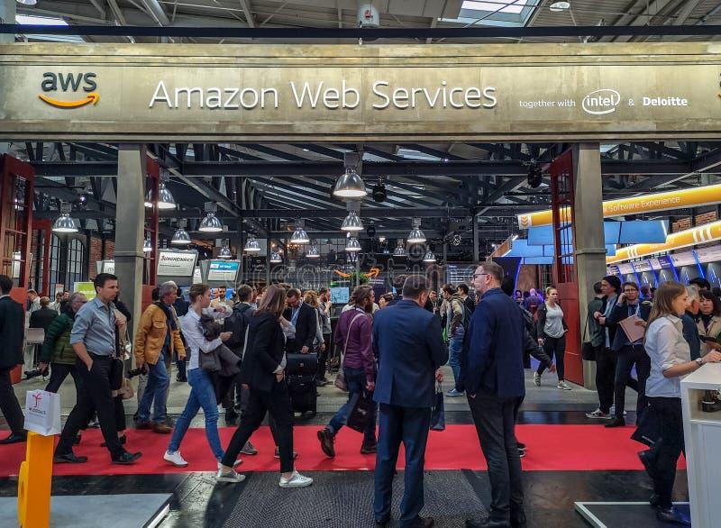 Апрель 2019 - Ганновер, Германия: Большая будочка веб-служб Амазонки на Ганновер Messe стоковое фото rf