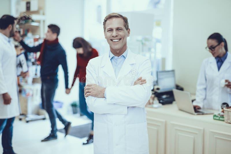 Аптекари и клиенты в фармации стоковые изображения rf