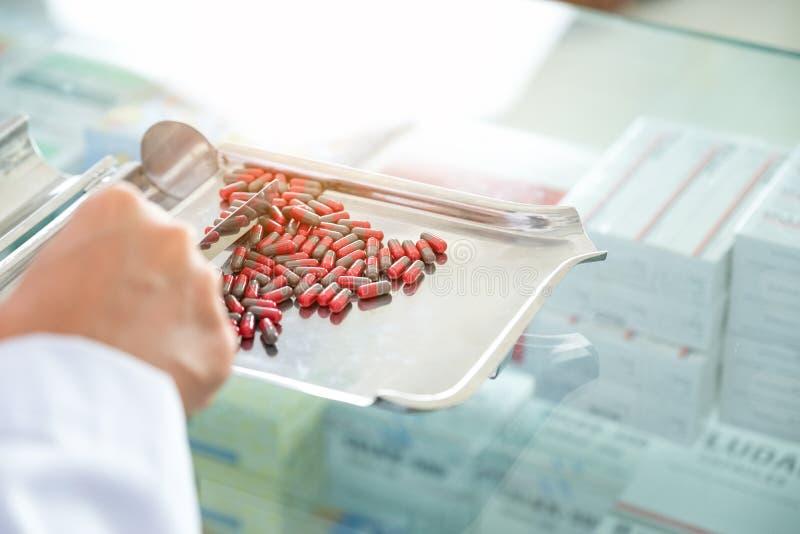 Аптекари проверяют на аптеке стоковая фотография rf