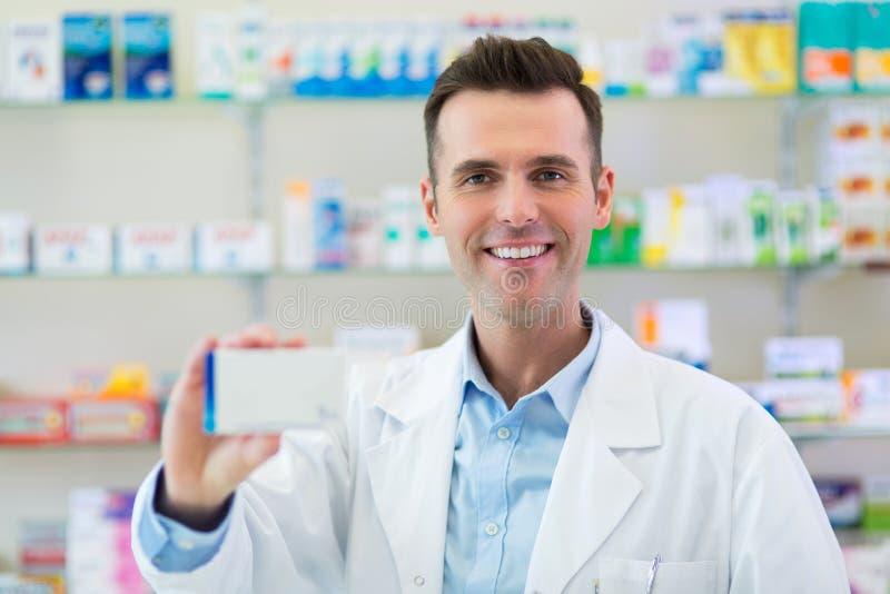 Аптекарь в аптеке стоковые фотографии rf