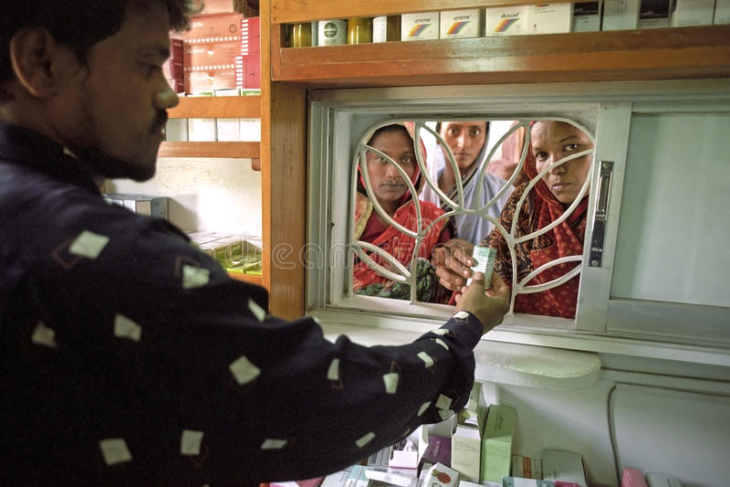 Аптекарь снабубежит лекарства бангладешская женщина стоковое изображение rf