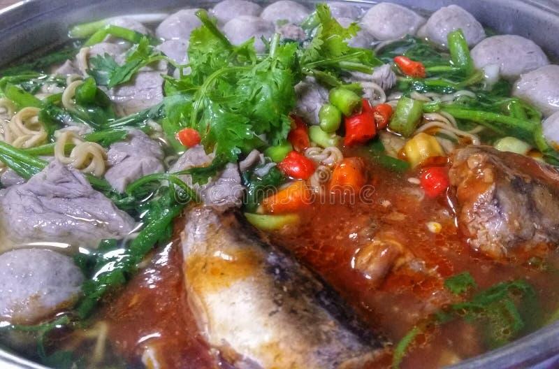 лапша с овощами законсервированными chili и рыбами фрикадельки стоковое изображение