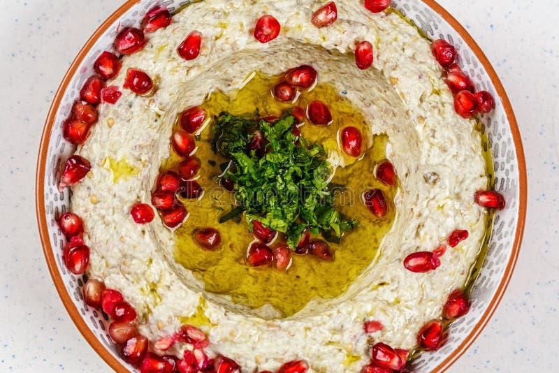 Арабская еда Hummus с гранатовым деревом стоковое изображение rf