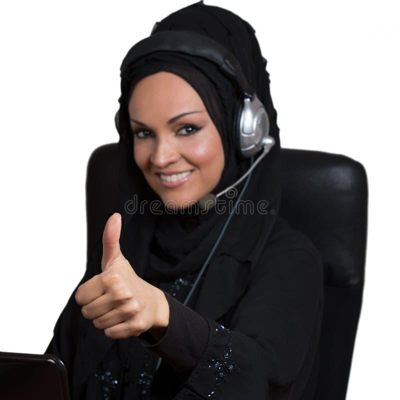 Арабская женщина, работая как представитель обслуживания клиента стоковое фото