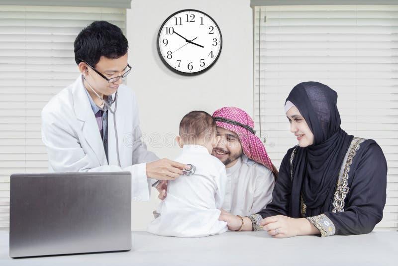 Арабская семья на докторе специалиста стоковое изображение