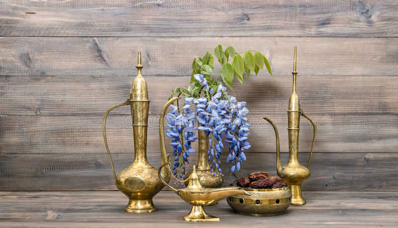 Арабский бак чая лампы вазы кувшина Плодоовощи и еда и питье цветков стоковое изображение rf