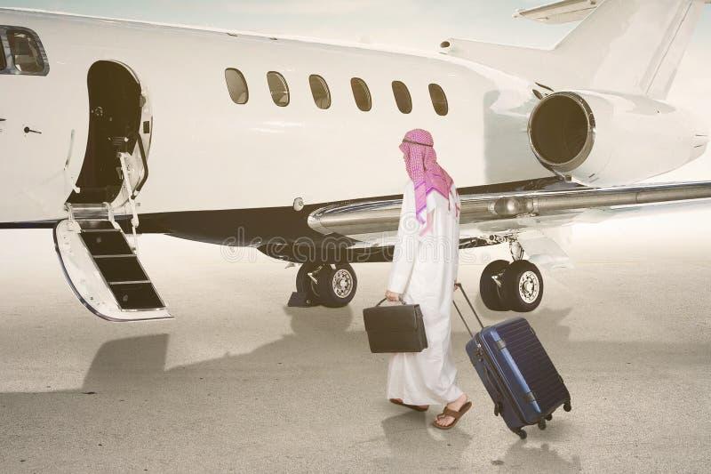 Арабский бизнесмен идя к двигателю стоковые фотографии rf