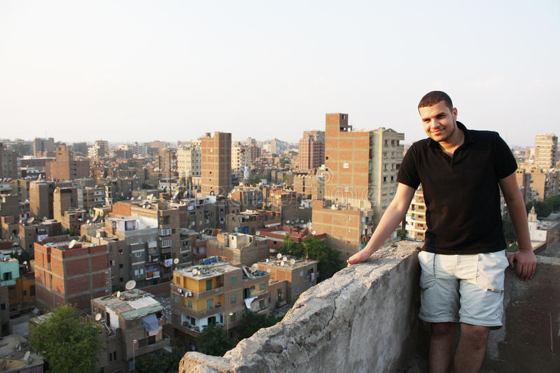 Арабский египетский молодой человек от крыши дома в Каире в Египте стоковое изображение rf