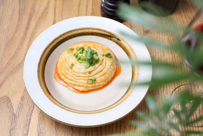 Арабский затир нута кухни и зажаренный в духовке лук стоковое изображение rf