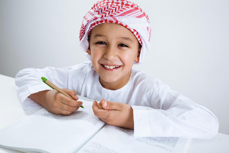 Арабский мальчик делая домашнюю работу стоковое изображение