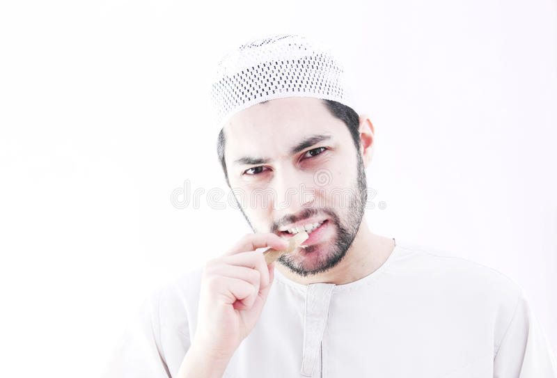 Арабский мусульманский человек с miswak зубной щетки стоковая фотография rf
