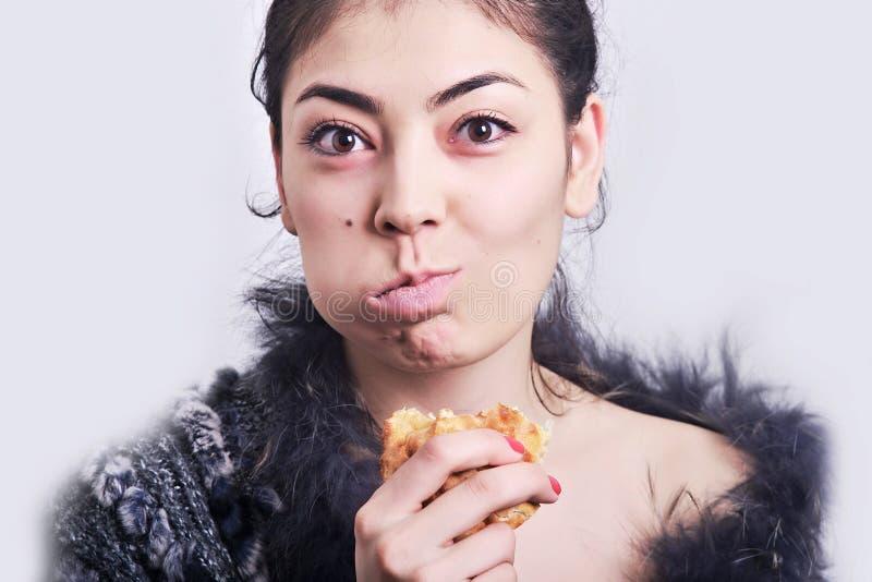 Download Арабский портрет модели женщины при еде Стоковое Изображение - изображение насчитывающей камера, индивидуальность: 40578801