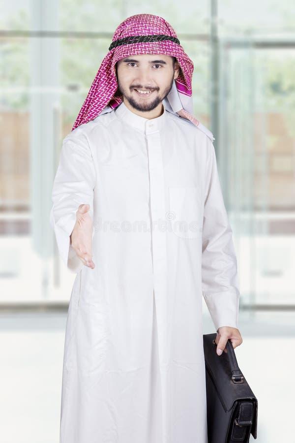 Арабский работник предлагает рукопожатие в офисе стоковые фотографии rf