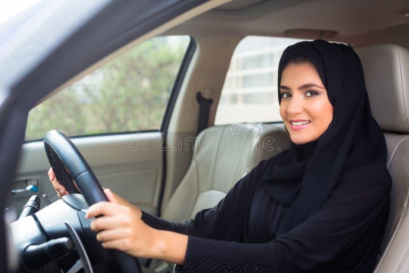 Арабский управлять женщины стоковые изображения rf