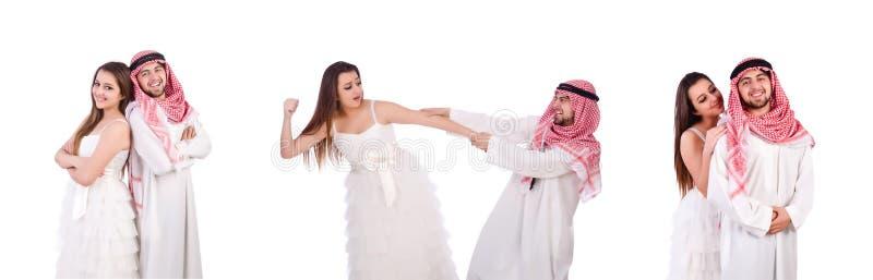 Арабский человек с его женой на белизне стоковые фото